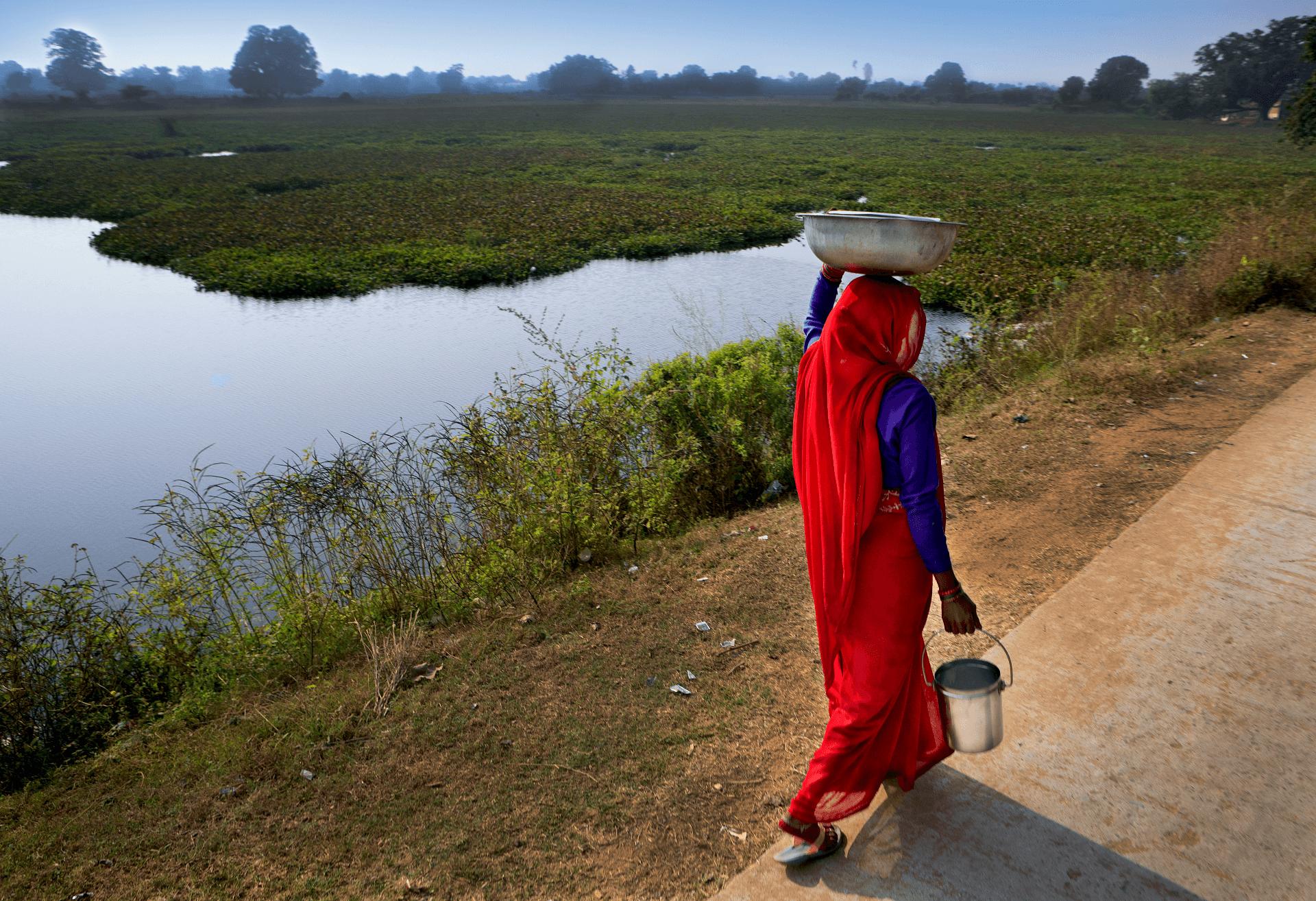 photo d'une femme portant de l'eau potable