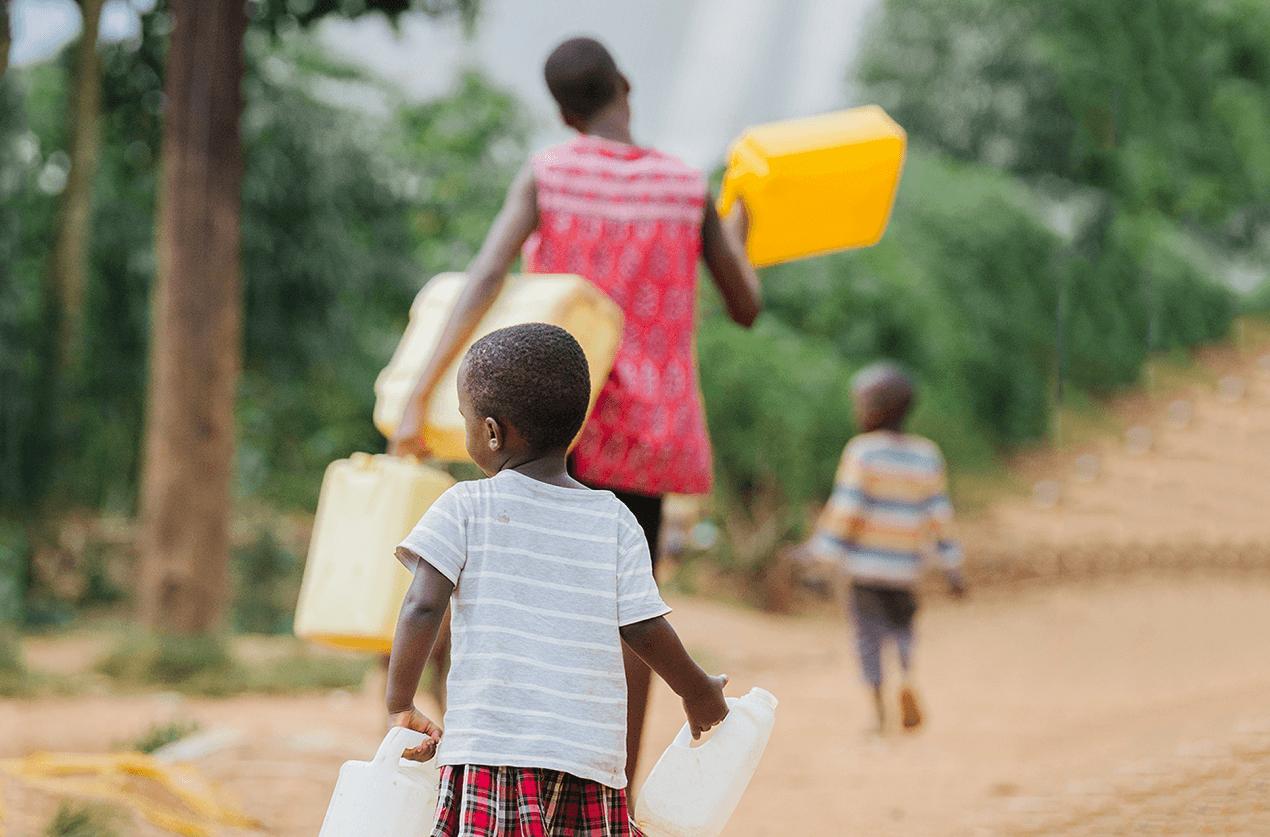 photo d'une famille portant de l'eau potable