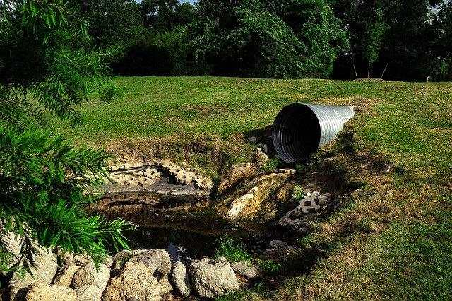 photo d'une eau polluée en plein nature