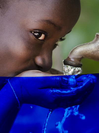 fillette boit de l'eau au robinet